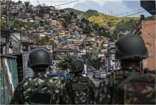 리우 시에 배치된 군인들이 빈민가에서 범죄조직 소탕작전을 벌이고 있다.[브라질 일간지 폴랴 지 상파울루]