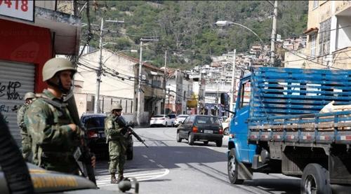 군인들이 리우 시내 빈민가 진입로에서 차량을 검문검색하고 있다.[국영 뉴스통신 아젠시아 브라질]