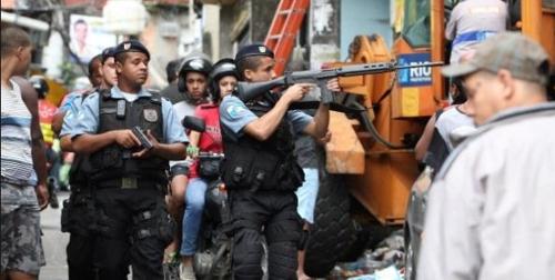 리우 빈민가 근처에서 순찰활동을 하는 경찰관들[브라질 뉴스포털 UOL]