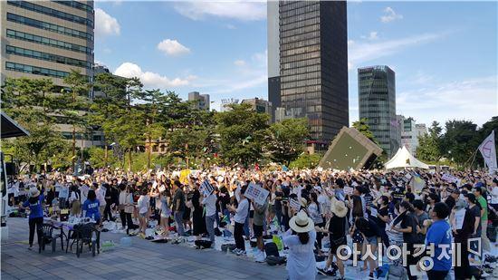 12일 서울 청계천 한빛광장에서 '전국중등예비교사들의외침' 회원들이 집회에 참여해 비행기를 날리는 퍼포먼스를 펼치고 있다.