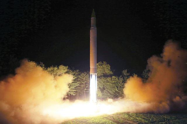 북한의 대륙간탄도미사일(ICBM)급 화성-14형이 지난달 28일 발사되고 있다. 도쿄=AP 연합뉴스