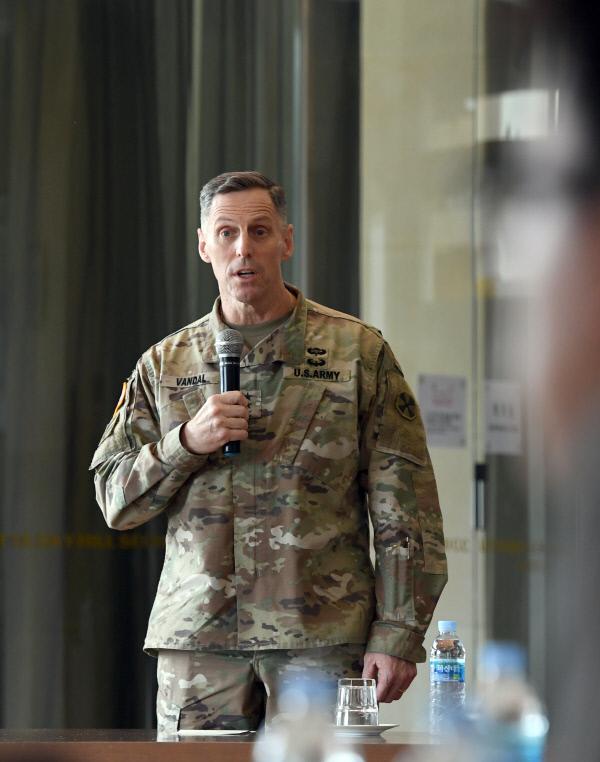 토머스 밴달 주한 미8군 사령관이 12일 경북 성주 사드 기지 내 회의실에서 전자파·소음 측정에 앞서 기자회견을 열고 지난 4월 사드 반입 당시 미군 장병의 행동에 대해 사과하고 있다. 국방부 제공