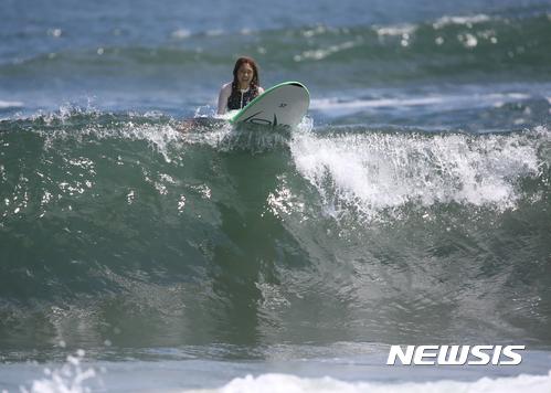 【양양=뉴시스】김경목 기자 = 12일 오후 여성 서퍼가 강원 양양군 남애1리 바다에서 서핑을 즐기고 있다. 2017.08.12.  photo31@newsis.com