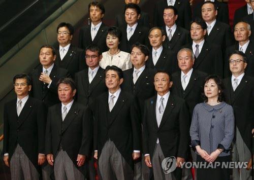 아베 신조(앞줄 가운데)일본 총리가 개각을 단행한 지난 3일 왕실 인증식을 마친 뒤 신임 각료진과 기념촬영을 하고 있다. 도쿄 EPA=연합뉴스