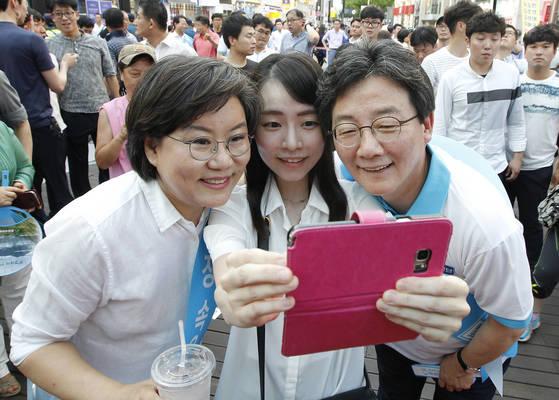 19일 오후 대구 동성로를 방문한 바른정당 이혜훈(왼쪽) 대표와 유승민 의원이 시민과 기념사진을 찍고 있다.[프리랜서 공정식]