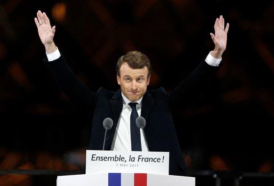 5월 7일 프랑스 파리 루브르 박물관 앞에서 에마뉘엘 마크롱 대통령이 지지자들에게 인사하고 있다. [AP=뉴시스]
