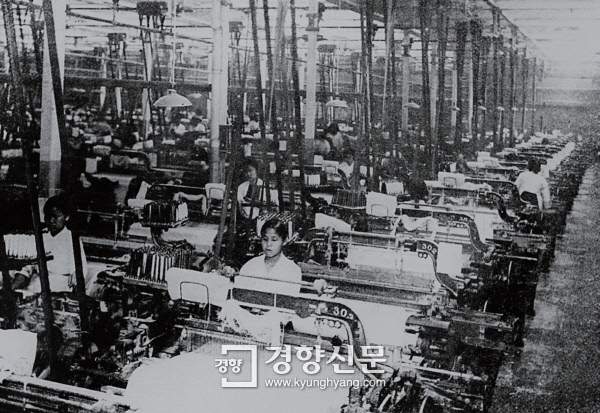 일제강점기 감옥과 같은 통제를 하던 서울 영등포의 경성방직공장에서 여공들이 작업을 하고 있다. / 경향자료 사진
