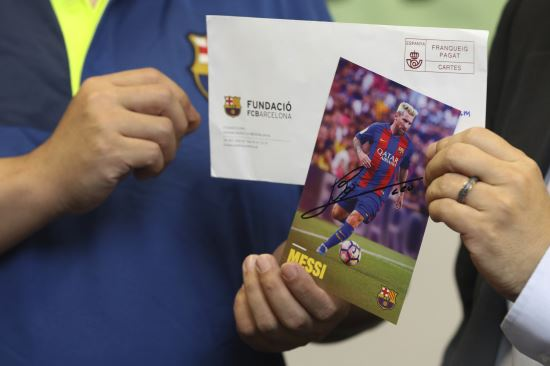홍콩 민주당의 하워드 람 당원이 11일 홍콩의 기자회견실에서 스페인 프로축구 프리메라리가 FC바르셀로나의 리오넬 메시 선수가 보낸 친필 사인을 보여주고 있다. AP뉴시스