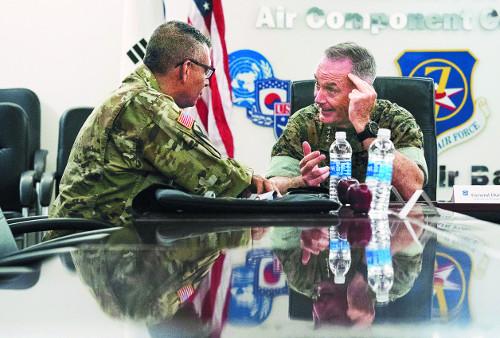 조지프 던포드 미군 합참의장(오른쪽)이 13일 경기도 오산공군기지에 도착한 직후 빈센트 브룩스 주한미군사령관을 만나 이야기하고 있다. 던포드 합참의장은 14일 문재인 대통령을 예방한다. 뉴시스