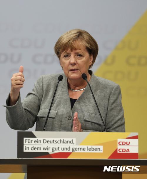 【도르트문트=AP/뉴시스】 앙겔라 메르켈 독일 총리가 12일(현지시간) 서부도시 도르트문트에서 열린 집회에서 연설하면서 엄지를 내밀며 승리를 자신하고 있다. 2017.08.13