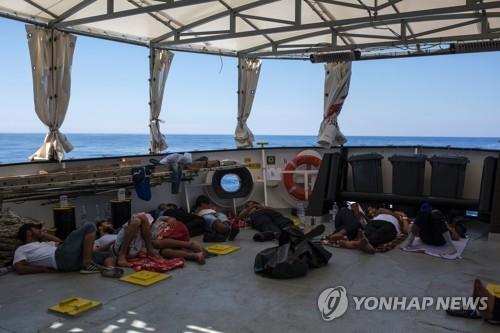 지중해 난민구조 선박에 구조된 뒤 잠을 청하고 있는 난민들 [AFP=연합뉴스]
