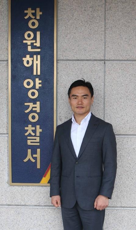 (창원=연합뉴스) 박정헌 기자 = 창원해양경찰서에서 현장직무교육 중인 이동빈 경위. 2017.8.13