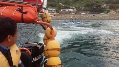 (통영=연합뉴스) 통영해양경찰서가 지난 12일 통영 욕지도 인근 해상에서 침수된 수상오토바이를 예인하고 있다. 2017.8.13 [통영해경 제공=연합뉴스]