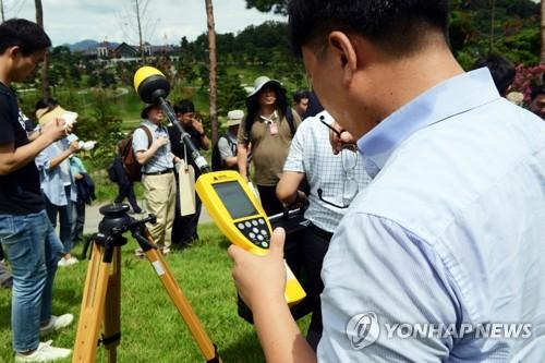 (서울=연합뉴스) 국방부와 환경부 관계자들이 12일 경북 성주군 사드(THAAD·고고도 미사일 방어체계) 부지 내부에서 전자파를 측정하고 있다. 국방부는 이날 측정결과, 전자파 순간 최댓값은 0.04634W/㎡로 전파법 전자파 인체 보호 기준(10W/㎡)에 훨씬 못 미쳤다고 밝혔다. 사드로 인한 소음 역시 전용주거지역 주간 소음 기준(50dB·데시벨) 수준으로 나타나 인근 마을에 미치는 영향은 거의 없는 것으로 조사됐다. 2017.8.12 [주한미군 제공=연합뉴스] photo@yna.co.kr