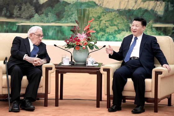 헨리 키신저 전 미 국무장관(왼쪽)이 2016년 12월 2일 중국 인민대회당에서 시진핑 국가주석을 만났다. [로이터=연합뉴스]