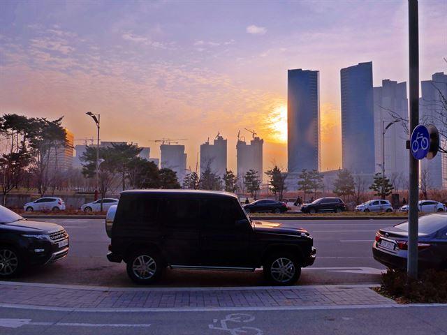 해가 넘어갈 때 차를 잠시 세워두고 숙지근해지는 도시의 정취를 감상해 보시라. 차=메르세데스 벤츠 G 클래스