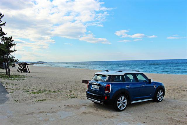 경포 해변의 깊은 푸름은 바라보는 것만으로 힐링이 된다. 차=미니 컨트리맨