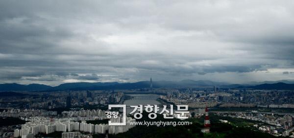 16일 서울 남산에서 바라본 동쪽 하늘이 구름에 덮혀 있다.      김창길 기자 cut@kyunghyang.com