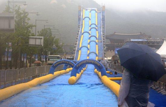 전국적으로 가을을 알리는 비가 내린 20일 서울 종로구 광화문광장에서 열린 2018 평창동계올림픽 성공 기원, 도심 속 봅슬레이 행사에 300m 길이의 초대형 워터슬라이드가 설치돼있으나 우천으로 행사가 취소됐다. 사진=뉴시스