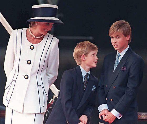 다이애나비와 해리, 윌리엄 왕자. [AFP=연합뉴스]