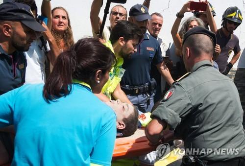 (이스키아섬<이탈리아> AFP=연합뉴스) 22일 이탈리아 이스키아섬에서 16시간 만에 구조된 치로 마르몰로(11)가 들것에 실려 병원으로 이송되고 있다. 그는 기지와 침착함으로 7살 동생의 목숨까지 구해냈다.