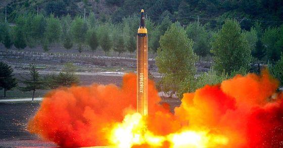 북미간 노르웨이 오슬로 접촉 직후 북한은 중장거리 탄도미사일인 화성-12형 발사실험을 실시했다.[사진=연합뉴스]