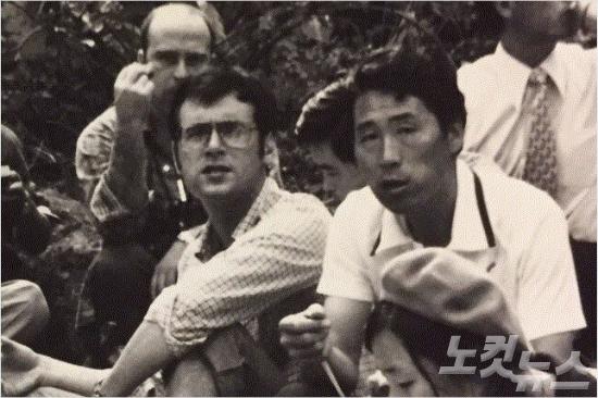 """김사복씨가 외신기자들과 함께 찍은 사진. 페터 크레입스(Peter Krebs)는 """"안경을 쓴 인물이 힌츠페터""""라고 밝혔다.(사진=김승필씨 제공)"""