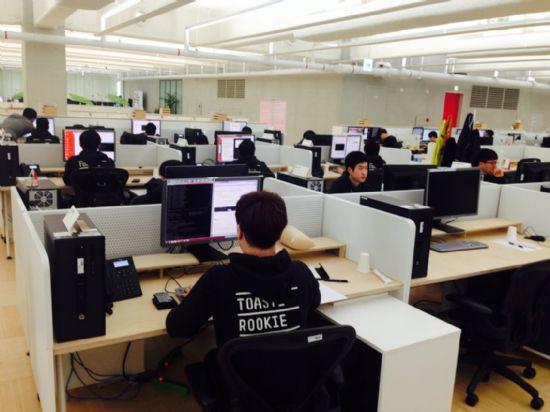 작년 프리테스트를 통과한 NHN엔터 지원자들이 사무실 자리에 배치받아 과제를 수행하고 있다.