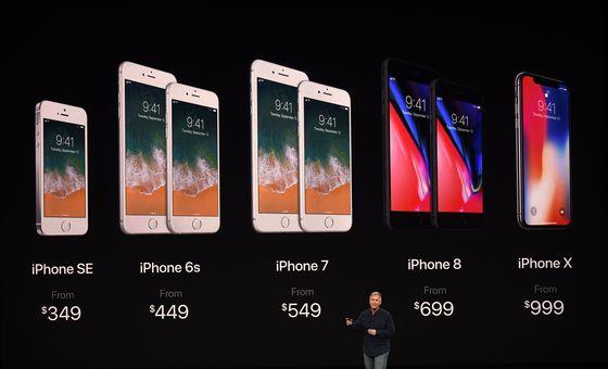 12일(현지시간) 필립 쉴러 애플 산임 부사장이 전 세계의 관심 속에서 신제품 아이폰 X 및 아이폰8과 아이폰 8플러스와 기존 모델들의 새로운 가격을 제시하고 있다. © AFP=뉴스1 © News1 김정한 기자
