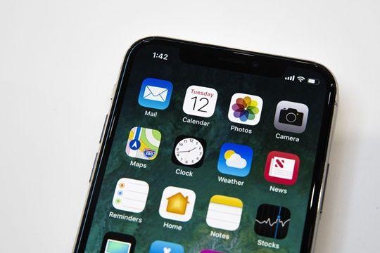 아이폰X의 전면 카메라는 '페이스ID' 적용으로 큰 변화가 있었다. (사진=씨넷)