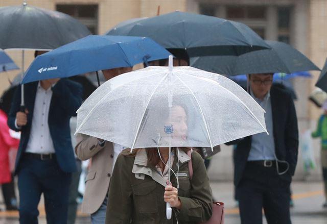 비가 내린 11일 오전 서울 광화문 사거리에서 시민들이 우산을 쓰고 길을 걷고 있다. 연합뉴스