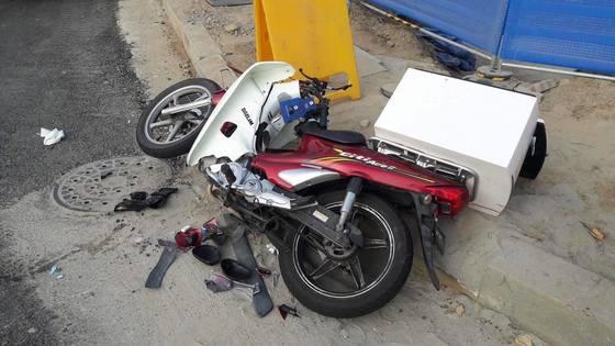 무면허 여고생이 몰던 차량과 충돌해 숨진 배달기사 최씨의 오토바이. [사진 온라인 커뮤니티]