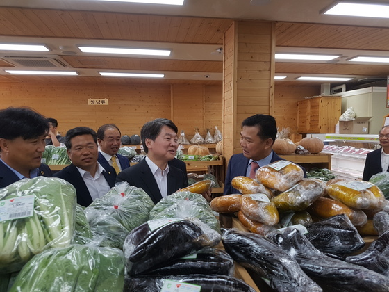 안철수 국민의당 대표가 13일 전북 완주군 로컬푸드 직판장에서 노각을 들고 있다.