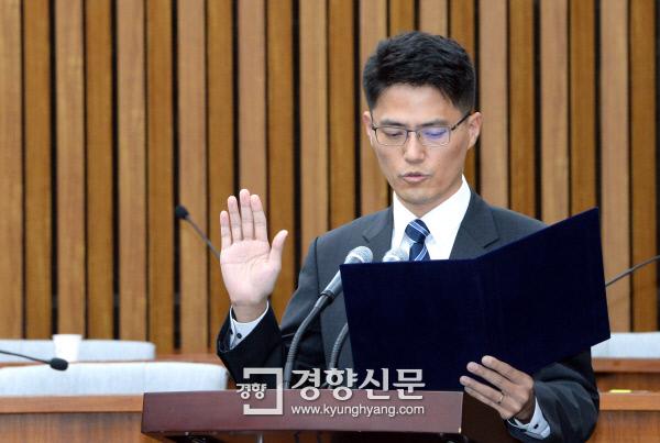 3일 국회에서 열린 김명수 대법원장 후보자의 2일차 인사청문회에 출석한 오현석 인천지법 판사가 증인선서를 하고 있다. 권호욱 선임기자 biggun@kyunghyang.com