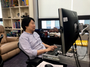 김대일 펄어비스 의장이 본인 집무실에서 게임 개발에 열중하고 있다. /사진제공=펄어비스