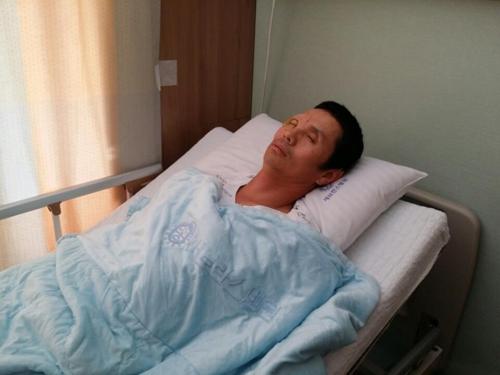 (서울=연합뉴스) 김민수 기자 = 미국 기증자로부터 각막을 받은 이경원씨가 12일 세브란스병원에서 각막이식 수술을 마친 후 병실에서 휴식을 취하고 있다. 2017.09.12 kms@yna.co.kr