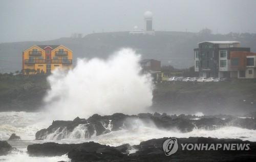 태풍 영향으로 거세진 파도[연합뉴스 자료사진]