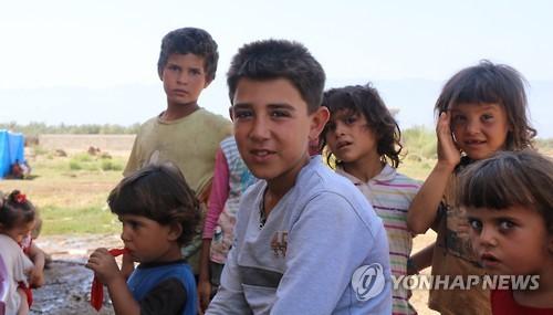 (이스탄불=연합뉴스) 하채림 특파원 = 작년 8월 터키 남부의 한 텐트촌에 모여 있는 시리아 난민 아이들.     tree@yna.co.kr