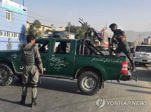 13일 아프가니스탄 수도 카불 크리켓경기장 밖에서 무장 경찰이 경계를 서고 있다.[AP=연합뉴스]