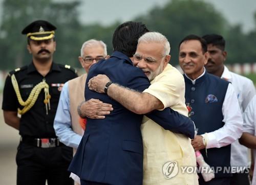 13일 인도 구자라트 주 아메다바드 공항에서 나렌드라 모디(앞줄 오른쪽) 인도 총리가 자국을 방문한 아베 신조 일본 총리와 포옹하고 있다.[AFP=연합뉴스]