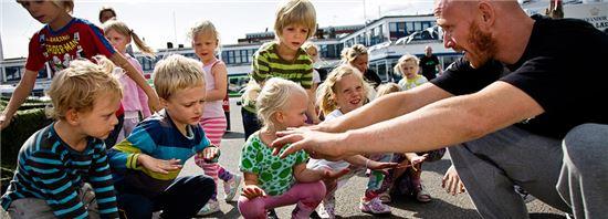 덴마크의 흔한 오후 풍경. 오후 5시 이전에 퇴근한 직장인들이 아이들과 시간을 보내고 있다.