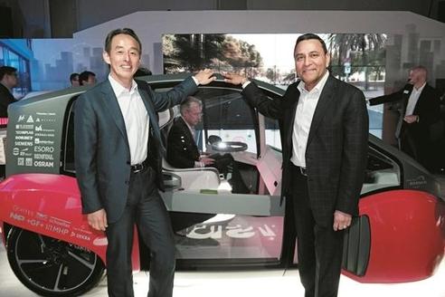 손영권 삼성전자 사장과 디네쉬 팔리월 하만 CEO가 지난 1월 미국 라스베이거스에 마련된 하만 전시장에서 자율주행용 사용자경험을 구현한 오아시스 컨셉차량을 소개하고 있다. / 삼성전자 제공
