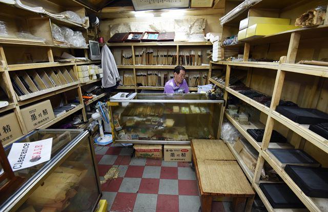 '송림당필방'의 내부 모습. 목재 선반 등 30년 된 내부 장식이 고색창연하다.
