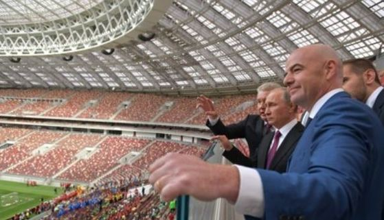 잔니 인판티노 FIFA 회장과 블라디미르 푸틴 러시아 대통령이 내년 월드컵 개막전이 열리는 루즈니키 경기장을 둘러보는 모습. [AFP=연합뉴스 자료사진]