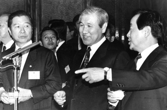 1991년 1월 4일 노태우 대통령과 김영삼 민자당 대표(우)ㆍ김대중 평민당 총재(좌). [중앙포토]
