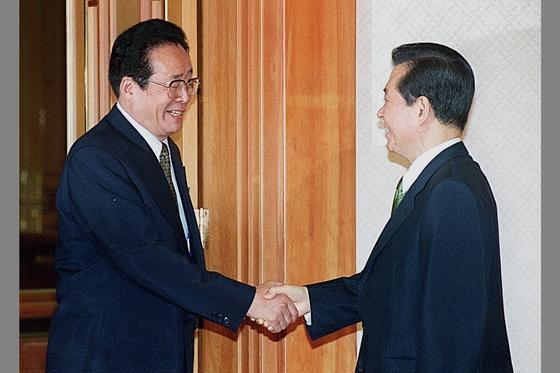 김대중 대통령(사진 오른쪽)이 2000년 9월 청와대를 방문한 김용순 북한 대남비서와 악수하고 있다. [중앙포토]