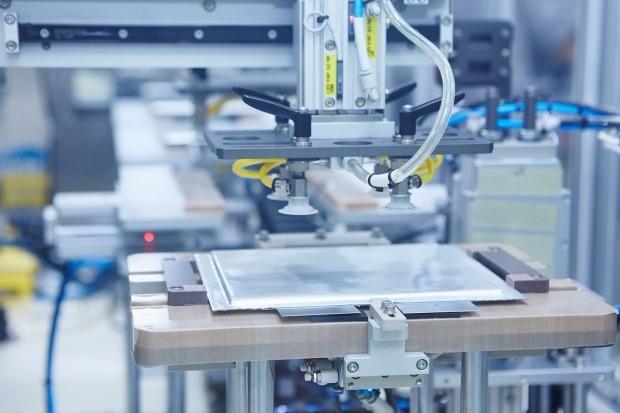 충남 서산시 SK이노베이션 전기차 배터리 공장에서 로봇이 은색 파우치로 포장된 배터리 셀을 팩 공정으로 이송하려고 준비 중이다.