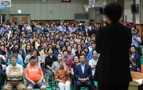 강서지역 특수학교 설립 교육감-주민토론회에서 지역 주민들이 장애인 학부모의 발언을 듣고 있다 <연합뉴스>