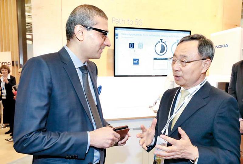 AI 강조하는 KT 황창규 KT 회장(오른쪽)이 13일(현지시간) 미국 MWC 아메리카 전시장에서 라지브 수리 노키아 대표와 만나 인공지능 서비스에 대해 논의하고 있다.  [사진 제공  = KT]