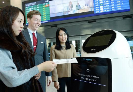 14일 인천 중구 인천국제공항에서 LG CNS 직원들이 로봇을 통해 대기 시간이 적은 출국장 안내 서비스를 받는 모습을 시연하고 있다.  LG CNS 제공